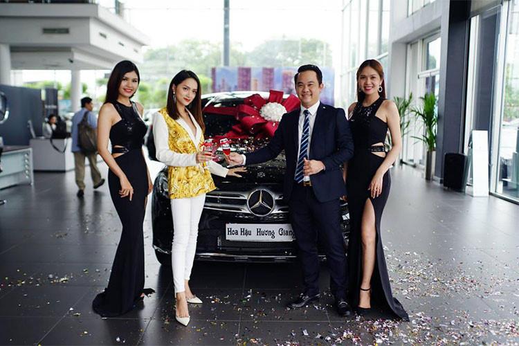Mẫu SUV hạng sang GLC 300 được hãng xe Mercedes-Benz trang bị động cơ I4 2.0L 245 mã lực. Hộp số tự động 9 cấp 9G-TRONIC đi kèm hệ dẫn động 4MATIC. Đặc biệt, mô-men xoắn cực đại 350 và 370 Nm trên cả hai động cơ đều đạt được ngay từ vòng tua máy 1.200 vòng/phút. Mức tiêu thụ nhiên liệu khoảng 6,5l/100km.