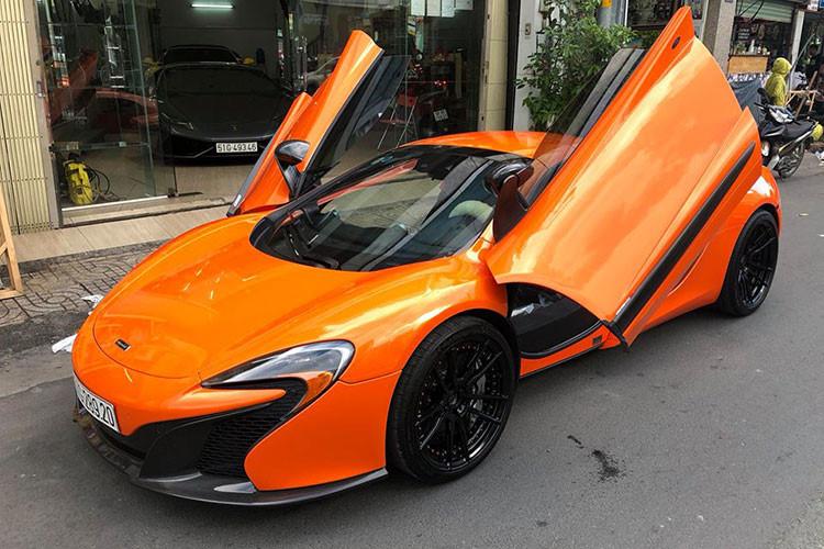 Thân của mẫu xe thể thao McLaren 650S Spider này được hãng siêu xe Anh quốc đúc nguyên khối bằng sợi carbon giúp trọng lượng nhẹ và tăng độ cứng. Phần mui xếp cứng bằng sợi carbon có thể mở trong 17 giây, thậm chí ngay cả khi nó đang chạy ở tốc độ dưới 30 km/h.