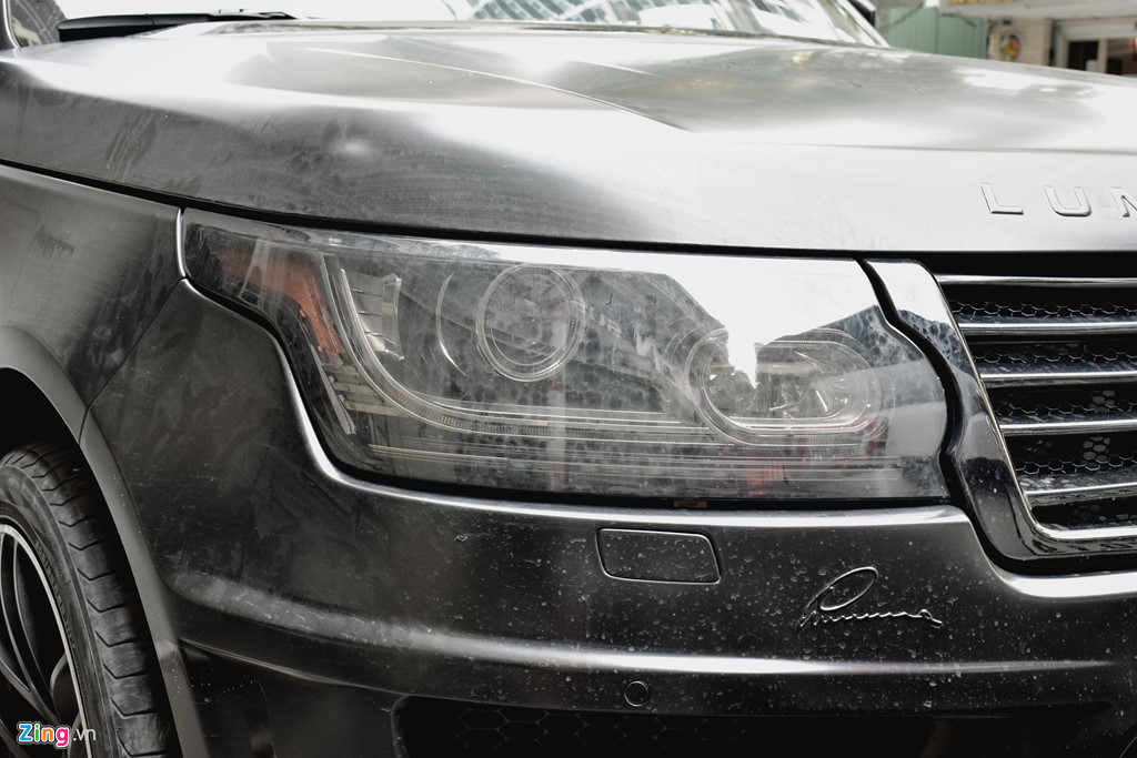 Đèn chính trên bản độ Lumma CLR RS không có gì thay đổi, cụm đèn vẫn sử dụng Bi xenon với dải LED kéo dài ra hai bên.