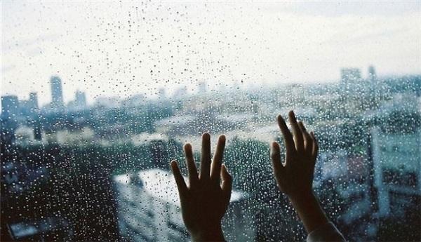 'Không nhớ bao lâu rồi mình thôi ngậm ngùi khi bắt gặp một cơn mưa' - Ảnh: Internet
