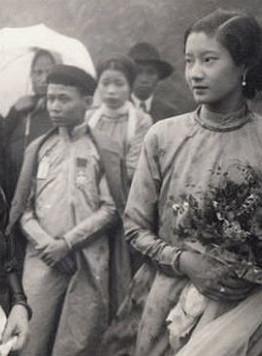 Cô dâu ôm hoa khi gặp đoàn nhà trai đi đón dâu trên đèo Hải Vân (bên trái là Bà hoàng vợ Hoàng tử Bửu Liêm).