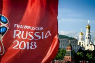 """Phút bù giờ ngẹt thở của bản quyền World Cup 2018  Nếu câu chuyện bản quyền World Cup ở Việt Nam là một trận cầu thì sự xuất hiện của các doanh nghiệp chính là bàn thắng phút bù giờ mang về chiến thắng ngẹt thở.  vietnamnet Khoảng 2 tuần trước, câu chuyện bản quyền World Cup bắt đầu """"nóng"""" lên ở Việt Nam. Các tờ báo đồng loạt đưa tin VTV chưa đàm phán được bản quyền World Cup, giải đấu bóng đá lớn nhất hành tinh có thể vắng mặt tại Việt Nam lần đầu tiên sau 36 năm.  Nhưng mối lo lắng ở thời điểm ấy vẫn chưa phải quá lớn. Bởi cùng với Việt Nam, nhiều quốc gia khác trên thế giới cũng chưa sở hữu bản quyền World Cup. Người Việt cũng đã quá quen với giải đấu này. Suốt gần 3 thập kỷ qua, World Cup chưa từng vắng mặt ở Việt Nam. Phần lớn người Việt đều tin rằng World Cup sẽ trở lại như đã luôn như vậy suốt nhiều năm qua.  vietnamnet Nhưng đó là câu chuyện của quá khứ. Sự phát triển vũ bão của công nghiệp bóng đá khiến giá bản quyền World Cup không ngừng tăng lên. Năm 2006, Việt Nam chỉ tốn 2 triệu USD để sở hữu bản quyền giải đấu. Con số ấy tăng lên 2,7 triệu USD và 7 triệu USD trong các năm 2010 và 2014.  Mức tăng giá phi mã của bản quyền World Cup tạo áp lực rất lớn lên VTV. Những tin đồn bắt đầu lan rộng. Người ta bắt đầu nói về một mùa Hè vắng bóng World Cup. Ngày 5/6, """"quả bom"""" chính thức được kích nổ khi trưởng Ban thư ký biên tập Nguyễn Hà Nam (VTV) xác nhận quá trình đàm phán đang gặp khó khăn. Ông Nam tuyên bố VTV có thể lỗ tới 90 % khi thực hiện thương vụ và sẽ không mua bản quyền World Cup """"bằng bất cứ giá nào"""".  Với tuyên bố này, bức tranh về bản quyền khá u ám bởi người hâm mộ thấy VTV """"đơn độc trong cuộc chiến"""" khi World Cup chỉ còn cách 9 ngày. Trên thực tế, ít người biết rằng câu chuyện bản quyền đã có phương án học theo mô hình quốc tế.  Tê bì chân tay như kim châm, kiến bò do tiểu đường: Đừng chủ quan, nguy cơ dẫn đến tàn phế! Tê bì chân tay như kim châm, kiến bò do tiểu đường: Đừng chủ quan, nguy cơ dẫn đến tàn phế! Tin tài trợ Hàng nghìn bệnh nhân đau """