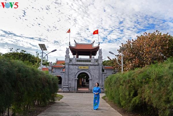 Chùa Trường Sa tọa lạc ở trung tâm đảo Trường Sa với khuôn viên rộng rãi, rợp mát tán cây.