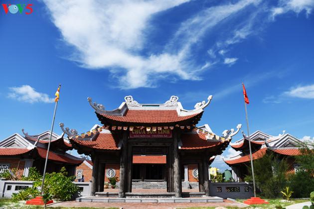 Chùa Sơn Linh trên đảo Sơn Ca tọa lạc ngay sát bờ biển.