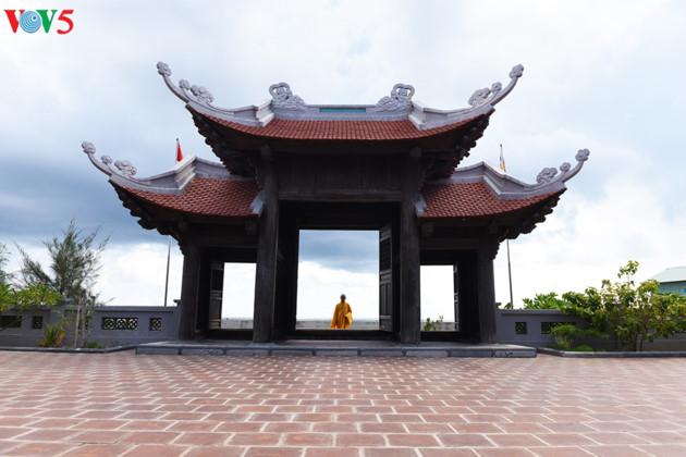 Có một đặc điểm chung của các chùa ở huyện đảo Trường Sa là được xây theo phong cách chùa truyền thống của Việt Nam và đều hướng về Thủ đô Hà Nội.
