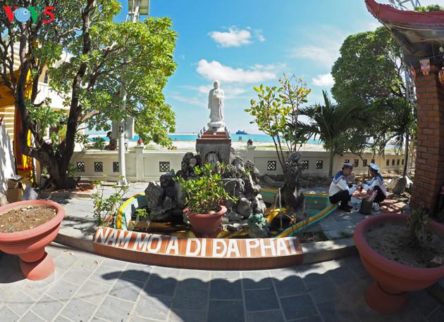 Khuôn viên chùa Sinh Tồn trên đảo Sinh Tồn.