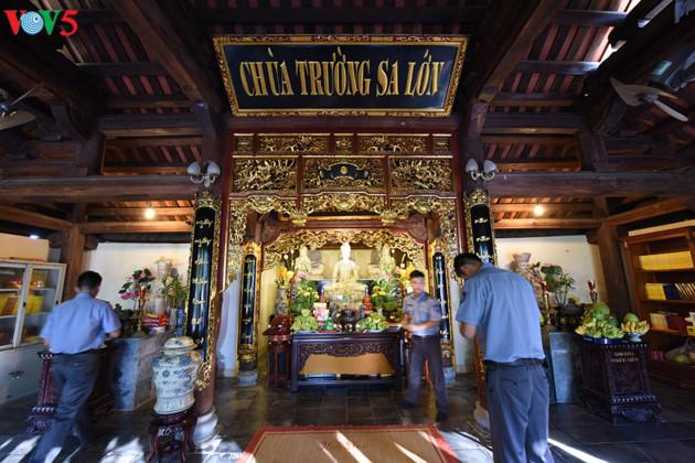Trong các ngôi chùa ở quần đảo Trường Sa, câu đối trong chùa được viết bằng chữ quốc ngữ trên chất liệu gỗ chịu được nắng mưa và độ mặn của nước biển.