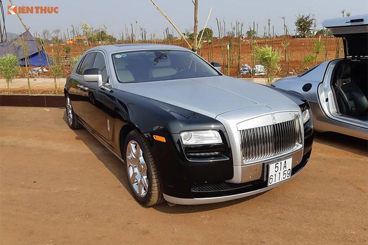 Rolls-Royce là thương hiệu xe siêu sang hiếm hoi góp mặt trong hành trình xuyên Việt của Chủ tịch Trung Nguyên. Hiện nguồn tin của chúng tôi cho hay, 1 chiếc Phantom màu trắng sẽ tham dự vào sự kiện độc đáo này và nhiều khả năng đại diện thứ 2 là Rolls-Royce Ghost màu trắng-đen độ lại cản trước.