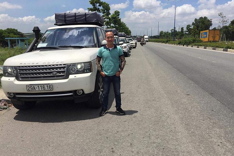 """Hiện trên mạng xã hội đã lan truyền hình ảnh dàn xe Range Rover """"tông xuyệt tông"""" màu trắng và độ ống thở Safari của Chủ tịch Trung Nguyên di chuyển cùng nhau trên đường. Chưa rõ khi nào hành trình xuyên Việt của ông chủ cà phê Trung Nguyên sẽ chính thức khởi hành."""