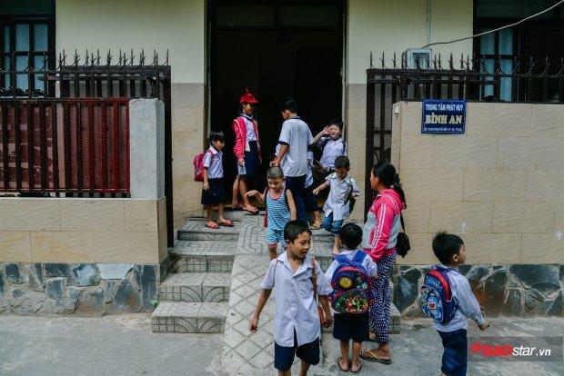 Tụi trẻ con thích những lớp học ở Bình An. Vì chúng được cô giáo thương, và bởi trong những cuốn vở chúng tìm thấy niềm vui.