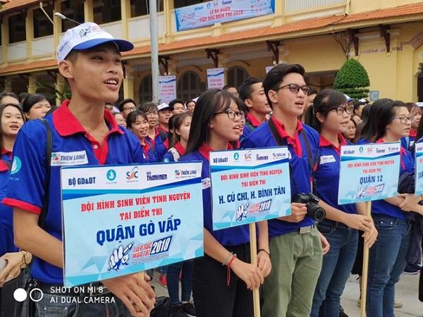 Sinh viên tình nguyện tại lễ ra quân chương trình Tiếp sức mùa thi tại TP.HCM ẢNH: LÊ THANH