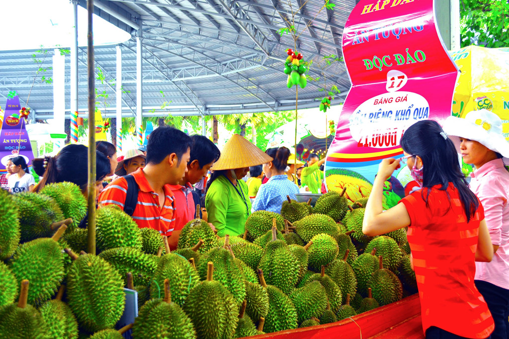 Đến với khu vực tái hiện chợ nổi trái cây Nam Bộ, du khách sẽ cảm nhận văn hóa chợ nổi đặc sắc, thưởng thức hương trái cây đầu mùa ngọt lịm với giá rẻ bất ngờ suốt mùa hè.