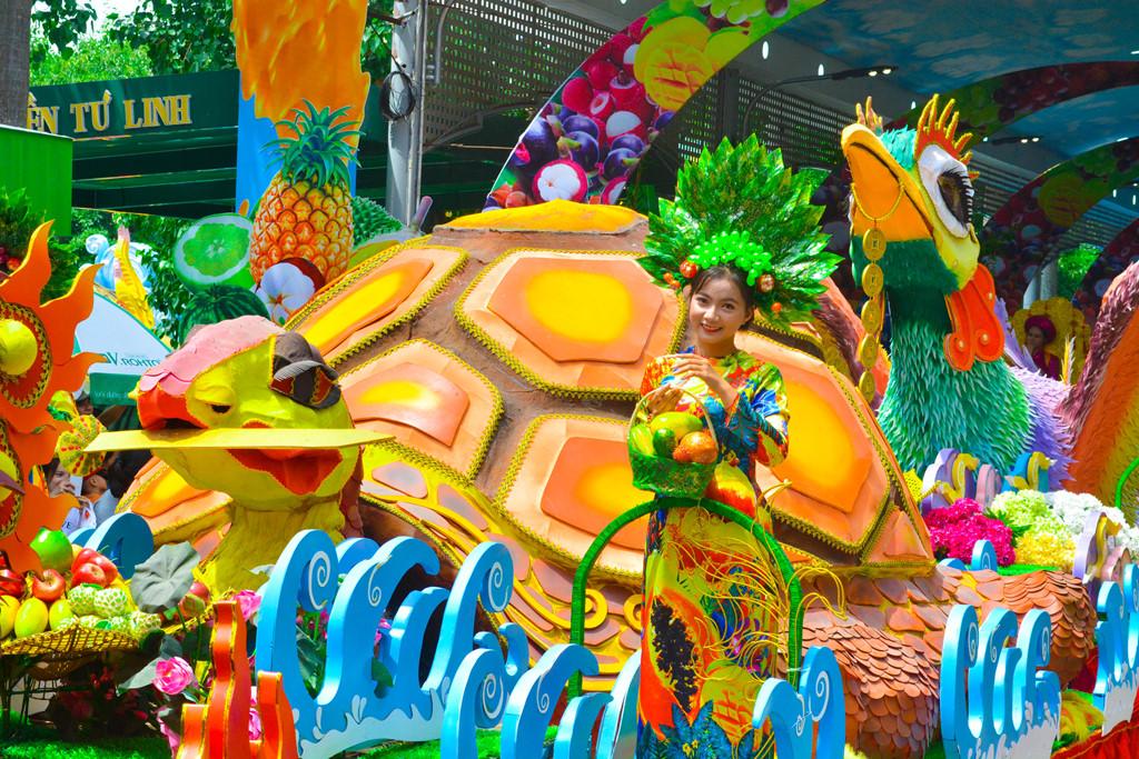 """Một Việt Nam cuốn hút bởi cảnh quan đẹp và văn hóa và truyền thống đậm đà sẽ được phác họa sống động trong show diễu hành """"Trái cây khổng lồ"""", cùng sự xuất hiện của những nàng tiên hoa, thần quả."""
