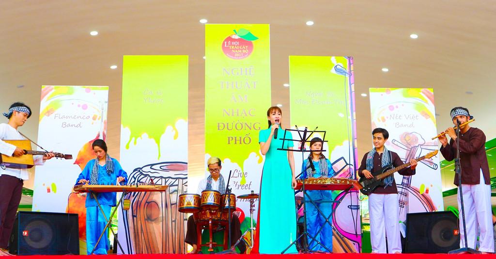 Biễu diễn nhạc cụ dân tộc đặc sắc phục vụ những tâm hồn yêu nghệ thuật cổ truyền.