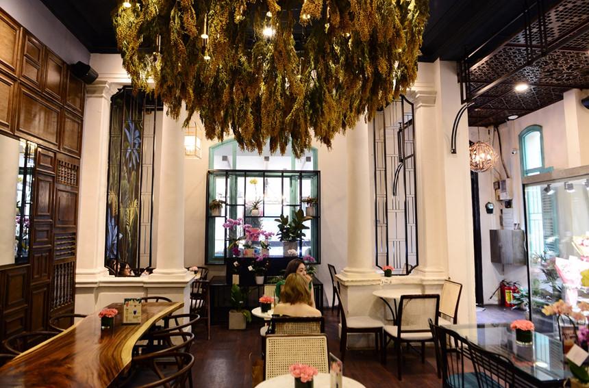 Nói về khu biệt thự này, shark Lê Đăng Khoa, co-founder của chuỗi cà phê này cho biết từ năm 11/2017, anh đã cải tạo tòa nhà này để kinh doanh cửa hàng đồ uống kết hợp bán hoa tươi. Anh giữ nguyên vẹn thiết kế căn nhà, chỉ sơn mới, lau chùi, gia cố nguyên vật liệu.