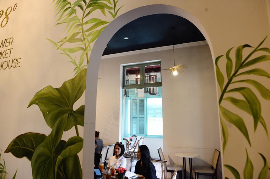 """Thiết kế hiện tại chú trọng đến sự thanh tao, nhẹ nhàng, pha chút lãng mạn để phù hợp với văn hóa """"uống trà thưởng hoa"""" của Nhật Bản. Những tông màu được dùng đều nhẹ nhàng như xanh lá cây, trắng, xanh dương."""