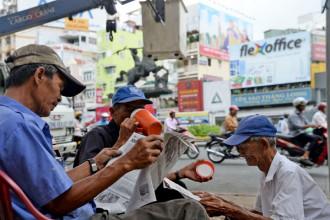 Với rất nhiều người, mỗi sáng không thể thiếu tờ báo - Ảnh: TỰ TRUNG