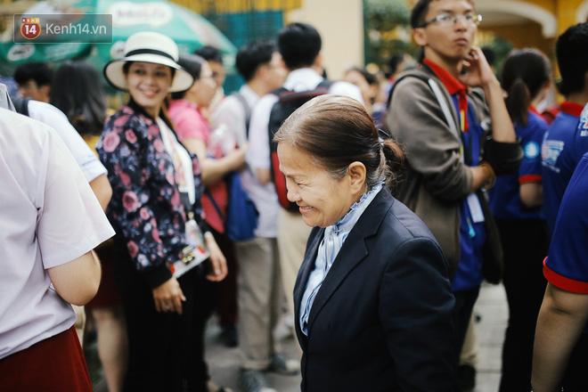 Một ngày, sau khi sắp xếp hết công việc, cô tranh thủ ghé qua các điểm trường để hỏi han học trò trường mình.