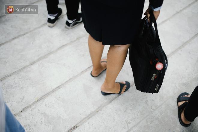 """Cô mang đôi dép xỏ ngón để """"lê"""" cho nhanh đến bên học trò. Còn cẩn thận cầm theo chiếc ô để lỡ có nắng mưa thì còn che cho học trò."""