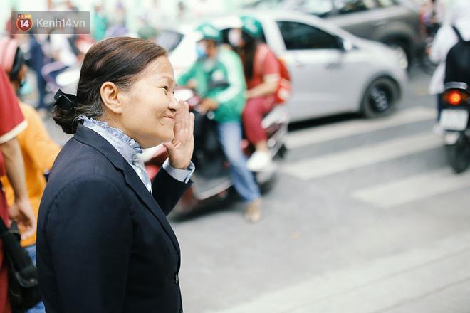 Nhìn thấy học trò quen, cô nở nụ cười và vẫy tay chào các em.