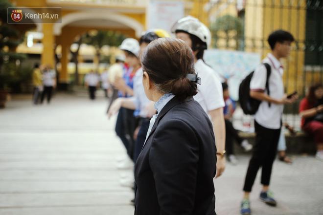 Cô đứng xếp hàng ngay ngắn và nhìn vào điểm trường sau khi kết thúc môn thi buổi chiều.
