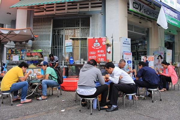 Quán cháo Tám Hói ở góc ngã ba Lê Hồng Phong - Phan Văn Trị, phường 2, quận 5, TP.HCM có thâm niên hơn 20 năm ẢNH: LƯU TRÂN