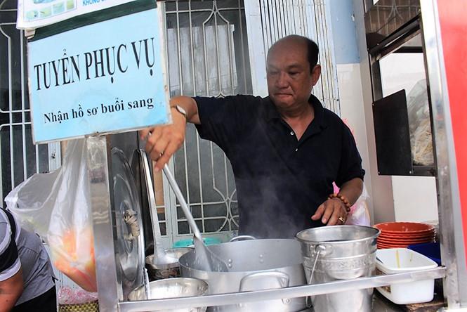 Chủ quán cháo Tám Hói tên thật là Lương Minh Thơm (58 tuổi) ẢNH: LƯU TRÂN