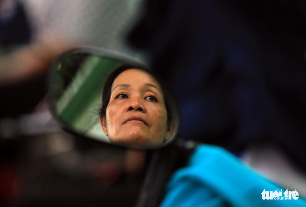 Cô Nguyễn Thị Lan không giấu nổi sự lo lắng khi chờ con - Ảnh: HỮU KHOA