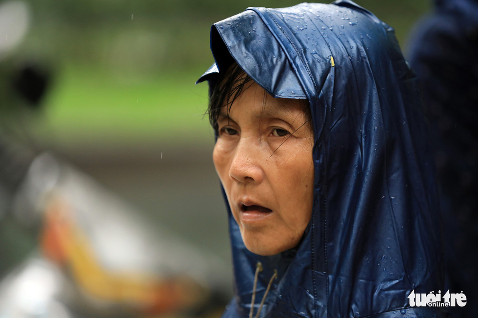 Cô Nguyễn Thị Lợi cho biết những ngày thi của con là cô phải thức từ 4 giờ sáng chuẩn bị cơm nước và đưa con đến điểm thi và ngồi chờ cả ngày trước cổng phòng thi - Ảnh: HỮU KHOA