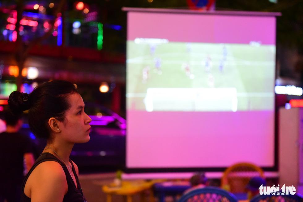 Phái nữ cũng là fan hâm mộ đặc biệt của môn thể thao vua - Ảnh: THUẬN KHÁNH