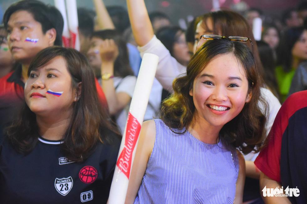 Fan hâm mộ World Cup theo dõi trận đấu tại nhà thi đấu Hồ Xuân Hương - Ảnh: THUẬN KHÁNH