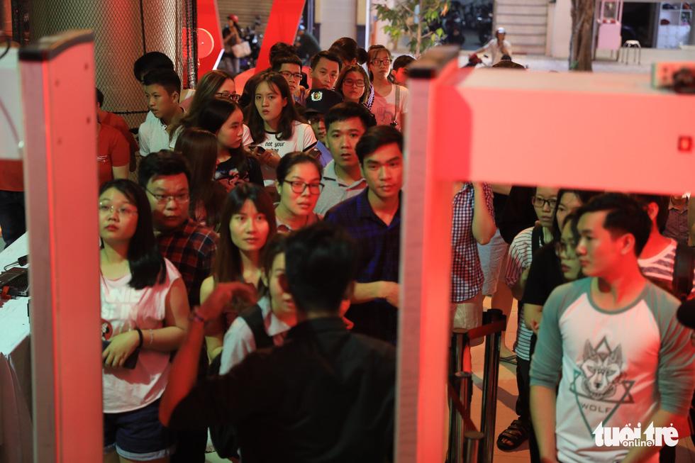 Bên ngoài nhà thi đấu Hồ Xuân Hương, bạn trẻ xếp hàng dài chờ vào theo dõi trận đấu - Ảnh: HỮU KHOA
