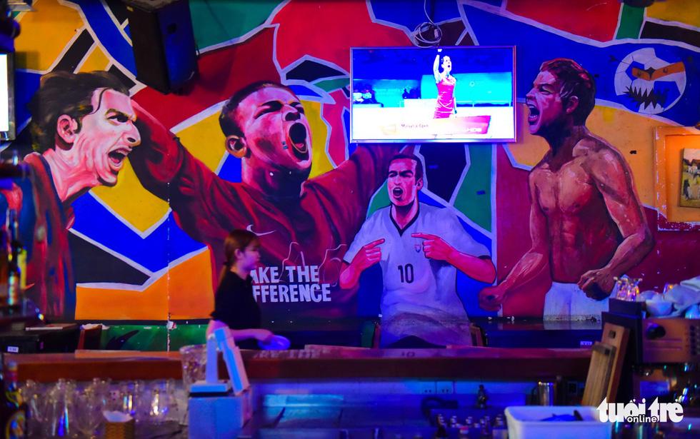 Một quán bia trên đường Bùi Viện chuẩn bị chiếu trận đấu qua màn hình cho du khách - Ảnh: THUẬN KHÁNH