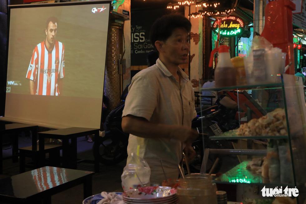 Một người bán vỉa hè cũng đầu tư màn hình LED xem World Cup - Ảnh: HỮU KHOA