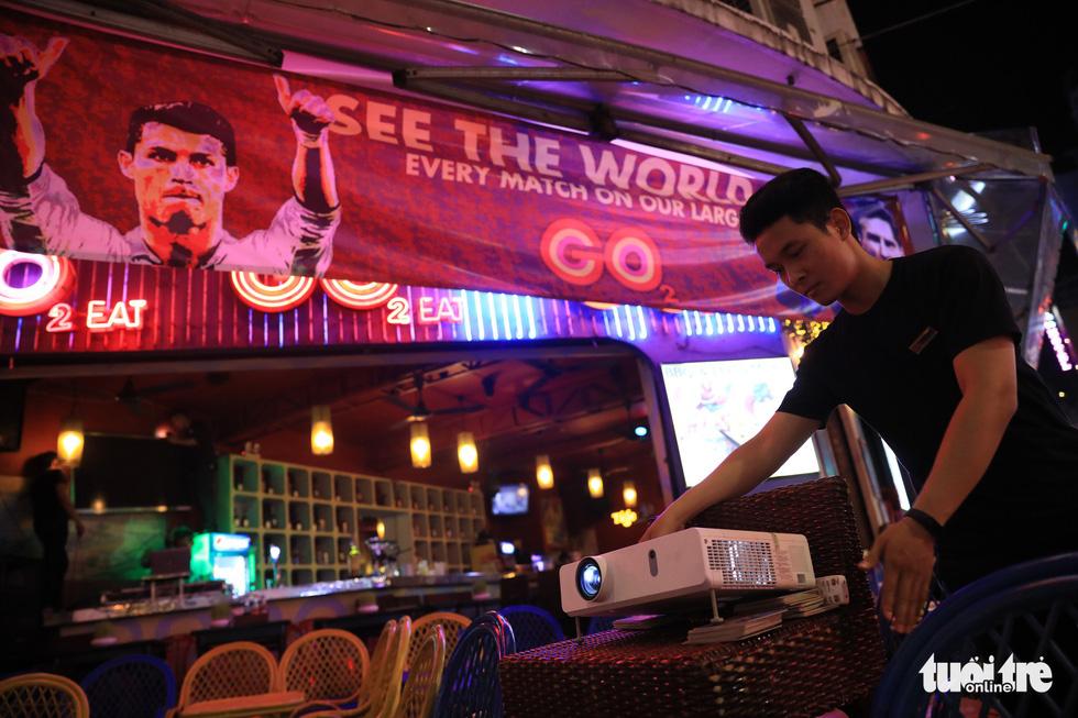 Những chiếc máy chiếu được nhà hàng chuẩn bị trước giờ khai mạc - Ảnh: HỮU KHOA