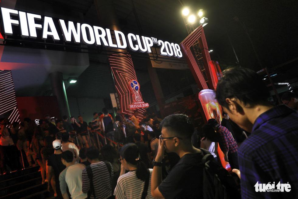 Bạn trẻ xếp hàng vào xem World Cup ở một trung tâm thể thao - Ảnh: HỮU KHOA
