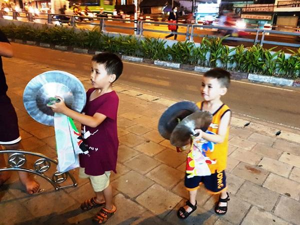 Hai anh em Gia Phát (9 tuổi) và Gia Phúc (6 tuổi) luyện tập dưới chân cầu Chà Và (Q.8)