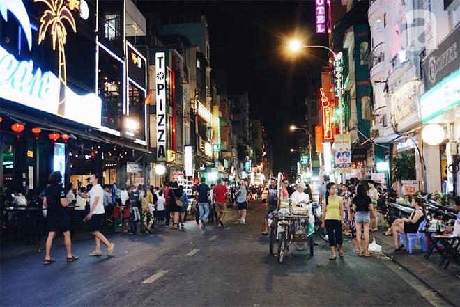 Bắt đầu từ khoảng 22h, đời sống về đêm ở Sài Gòn dần náo nhiệt hơn bao giờ hết.