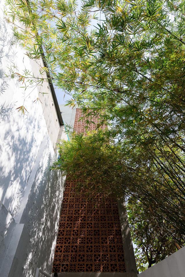 Mặt tiền ngôi nhà vô cùng thư giãn và ấn tượng với cây xanh và gạch thông gió.