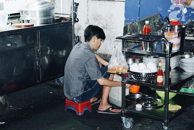 Người phục vụ quầy ăn đêm vẫn cặm cụi với công việc.