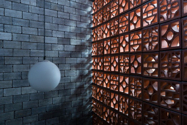 Không chỉ chú trọng đến thẩm mỹ mà công năng trong nhà cũng được thiết kế rất hợp lý. Vì là dạng nhà ống nên các không gian công cộng như phòng khách - bếp - ăn được thiết kế dọc diện tích đất. Trong đó khu vực ăn uống khá phá cách khi thấp thoáng chút phong cách công nghiệp với chất liệu gỗ và phần khung thép chắc chắn.
