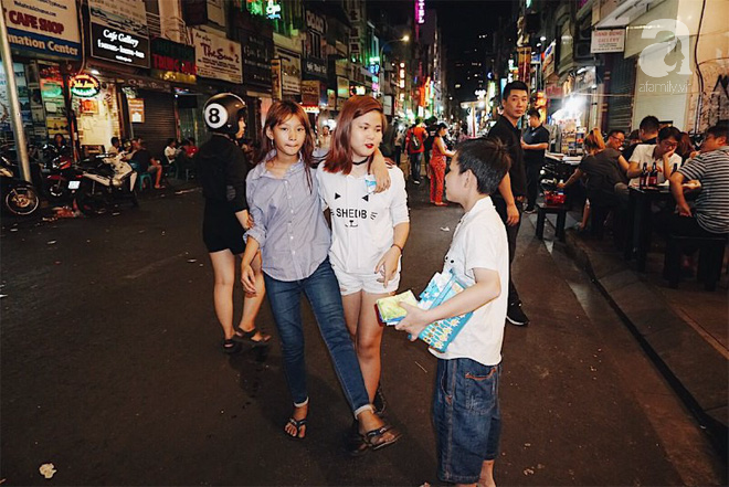 Những đứa trẻ mười mấy tuổi đã quen với cuộc sống về đêm ở Sài Gòn.