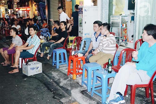 Nhiều người Sài Gòn thích ngồi nhậu lai rai ở vỉa hè vừa dân dã vừa thoáng mát.