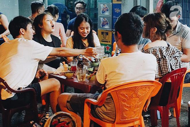 Mỗi người sẽ tìm cho mình một cái thú riêng để tận hưởng đêm Sài Gòn.