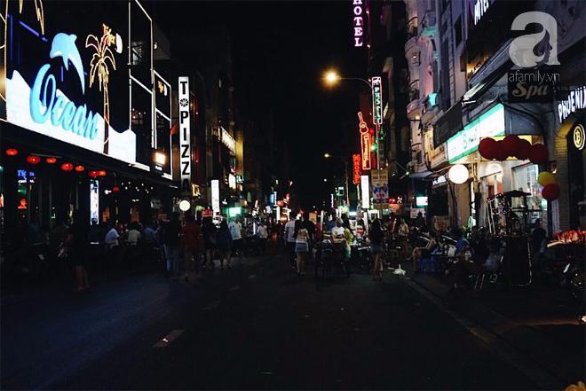 Đêm đã về khuya nhưng điều đó chẳng ảnh hưởng gì đến nhịp sống ở Sài Gòn.