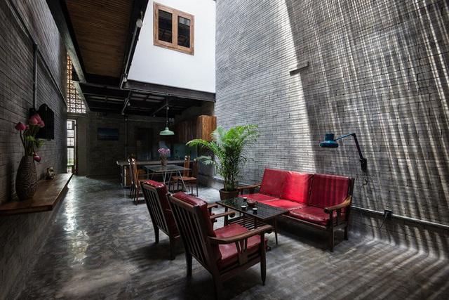 Phòng khách là điểm nhấn của tầng trệt.
