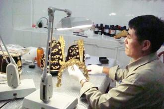 Ông Lộc say mê với những chi tiết được ông phục hồi trên mũ quan võ thời chúa Nguyễn