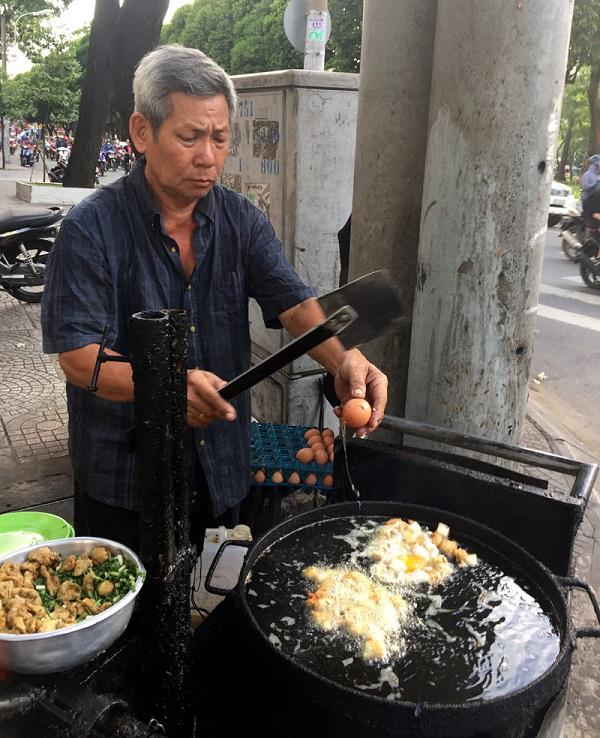 Ông Nguyễn Văn Sắt, 70 tuổi, chủ quán đảm trách việc chiên bột.