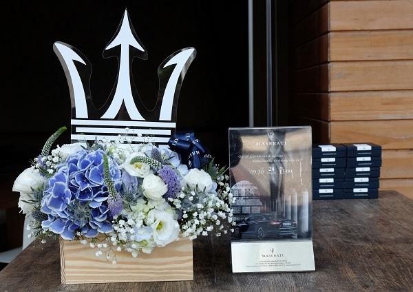 """Logo """"Cây đinh ba"""" gắn liền với Maserati đặt tại khu vực lễ tân, giống như dấu hiệu để người tham gia dễ dàng nhận thấy."""