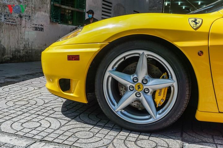 Mâm xe hình sao 5 cánh màu bạc, bên trong là hệ thống phanh hiệu suất cao với cùm phanh màu vàng.